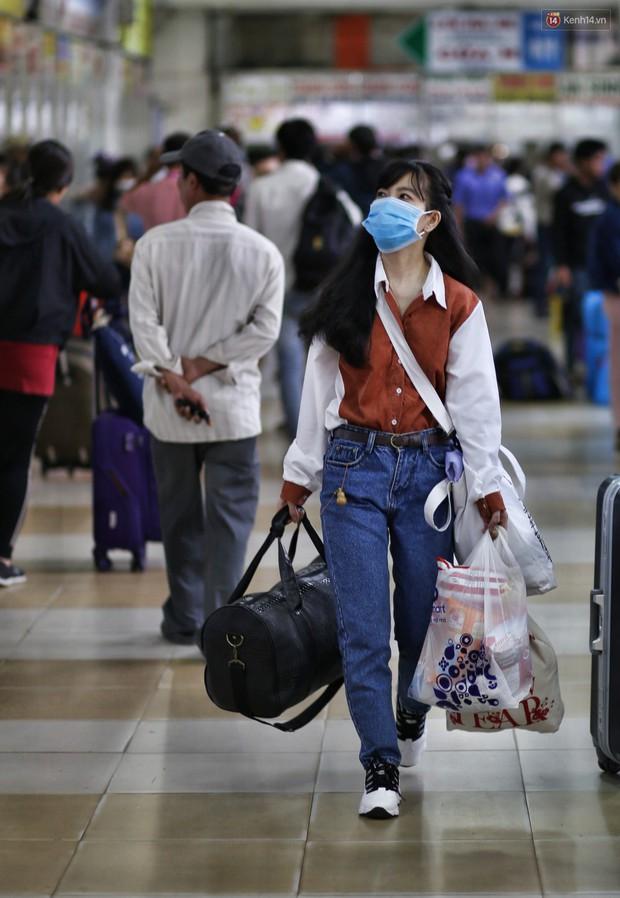 Người dân ùn ùn rời Sài Gòn về quê ăn Tết, bến xe đông nghẹt, đường phố ùn tắc không lối thoát ngày cuối năm - Ảnh 6.