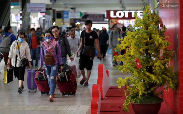 Người dân ùn ùn rời Sài Gòn về quê ăn Tết, bến xe đông nghẹt, đường phố ùn tắc không lối thoát ngày cuối năm - Ảnh 3.
