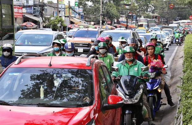 Người dân ùn ùn rời Sài Gòn về quê ăn Tết, bến xe đông nghẹt, đường phố ùn tắc không lối thoát ngày cuối năm - Ảnh 17.