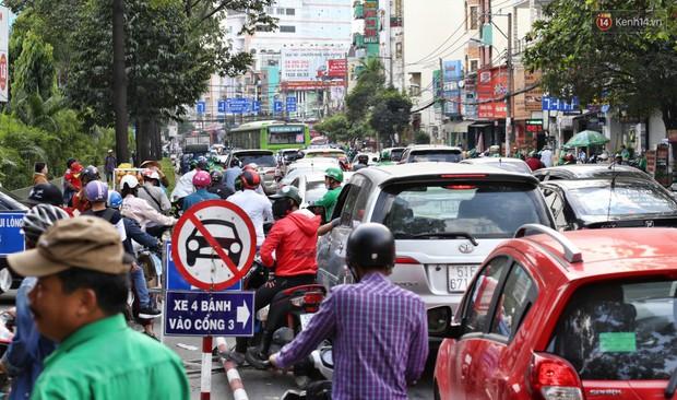 Người dân ùn ùn rời Sài Gòn về quê ăn Tết, bến xe đông nghẹt, đường phố ùn tắc không lối thoát ngày cuối năm - Ảnh 16.