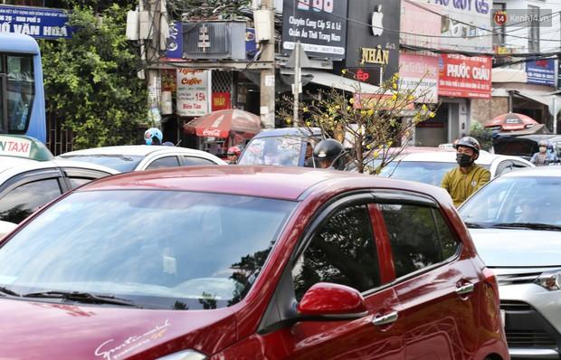 Người dân ùn ùn rời Sài Gòn về quê ăn Tết, bến xe đông nghẹt, đường phố ùn tắc không lối thoát ngày cuối năm - Ảnh 18.