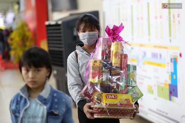 Người dân ùn ùn rời Sài Gòn về quê ăn Tết, bến xe đông nghẹt, đường phố ùn tắc không lối thoát ngày cuối năm - Ảnh 12.