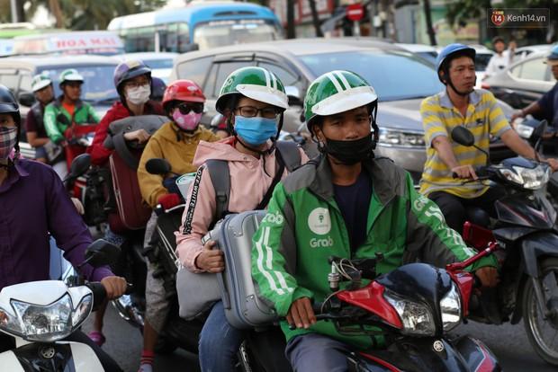 Người dân ùn ùn rời Sài Gòn về quê ăn Tết, bến xe đông nghẹt, đường phố ùn tắc không lối thoát ngày cuối năm - Ảnh 15.