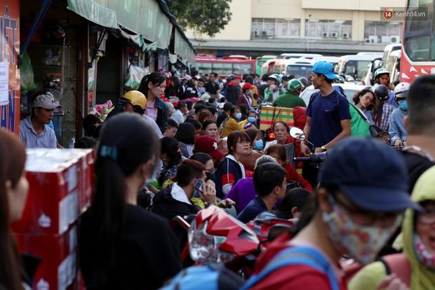 Người dân ùn ùn rời Sài Gòn về quê ăn Tết, bến xe đông nghẹt, đường phố ùn tắc không lối thoát ngày cuối năm - Ảnh 1.