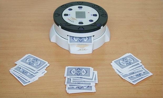 Tết về mạnh mẽ bỏ 6 triệu đồng ra mua cỗ máy chia bài này chơi bài cho năng suất nào - Ảnh 2.