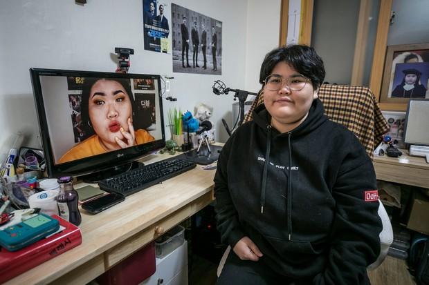 """""""Escape the corset"""": Khi phụ nữ Hàn Quốc thoát khỏi nỗi ám ảnh về cái đẹp hoàn mỹ đến từ mỹ phẩm và dao kéo - Ảnh 4."""