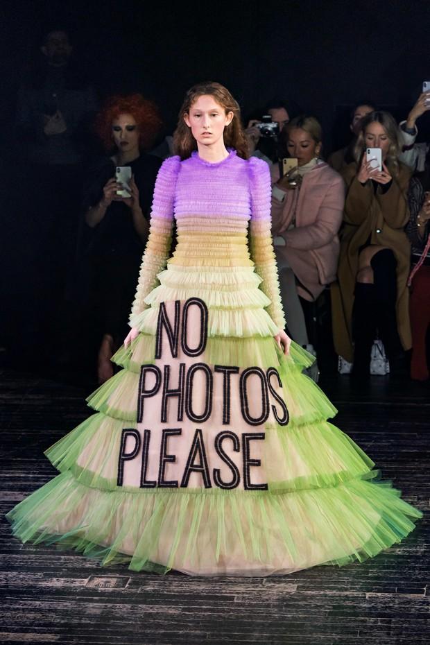 Quá chán ngán với những câu hỏi kém duyên ngày Tết? Hãy để tuyệt tác Haute Couture lên tiếng thay bạn - Ảnh 1.