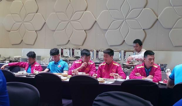 Tuyển Việt Nam được đón như khách VIP khi tới UAE - Ảnh 8.