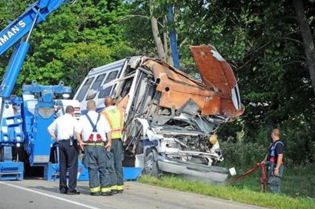 Xe tải đâm xe buýt tại Brazil, gần 30 người thương vong - Ảnh 1.