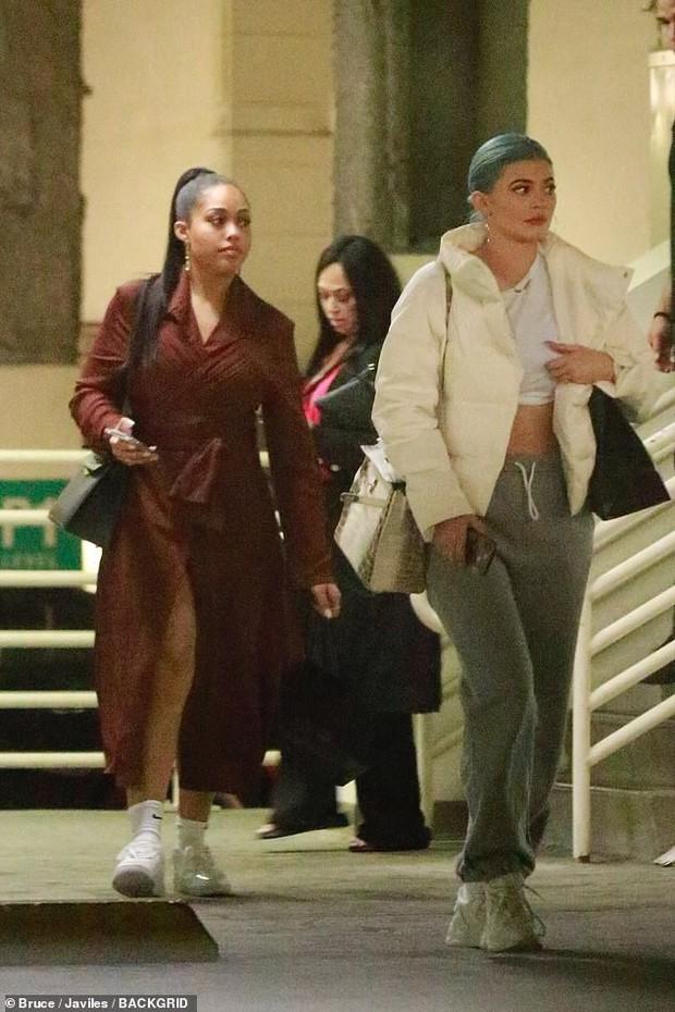 Chỉ ra phố đi mua sắm, Kylie Jenner đã xách theo chiếc túi có giá trị ngang cả một ngôi nhà! - Ảnh 3.