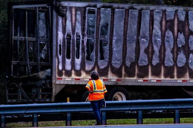 Tai nạn xe container kinh hoàng trên xa lộ Florida khiến 7 người chết, lửa cháy ngùn ngụt - Ảnh 2.