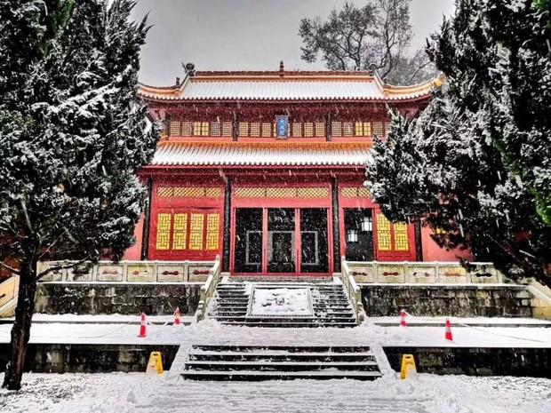 Tuyết rơi trắng trời tạo nên khung cảnh đẹp nao lòng tại các trường đại học - Ảnh 2.