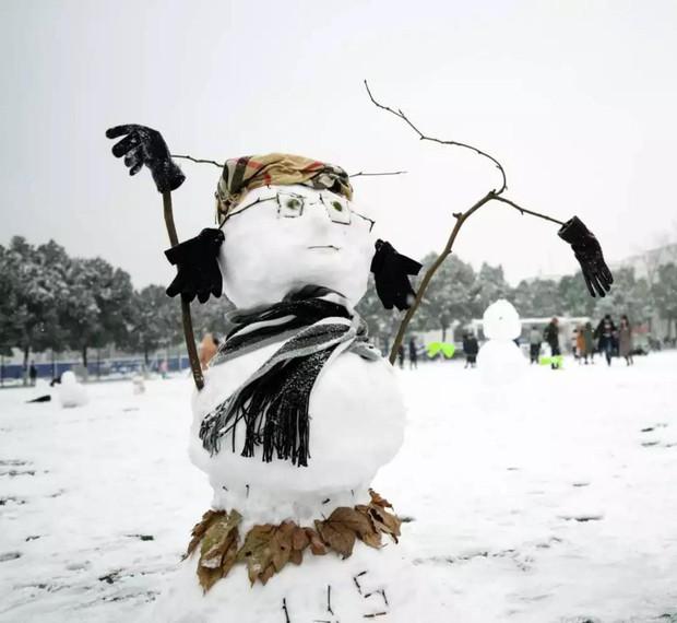 Tuyết rơi trắng trời tạo nên khung cảnh đẹp nao lòng tại các trường đại học - Ảnh 7.