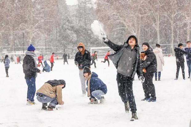 Tuyết rơi trắng trời tạo nên khung cảnh đẹp nao lòng tại các trường đại học - Ảnh 10.
