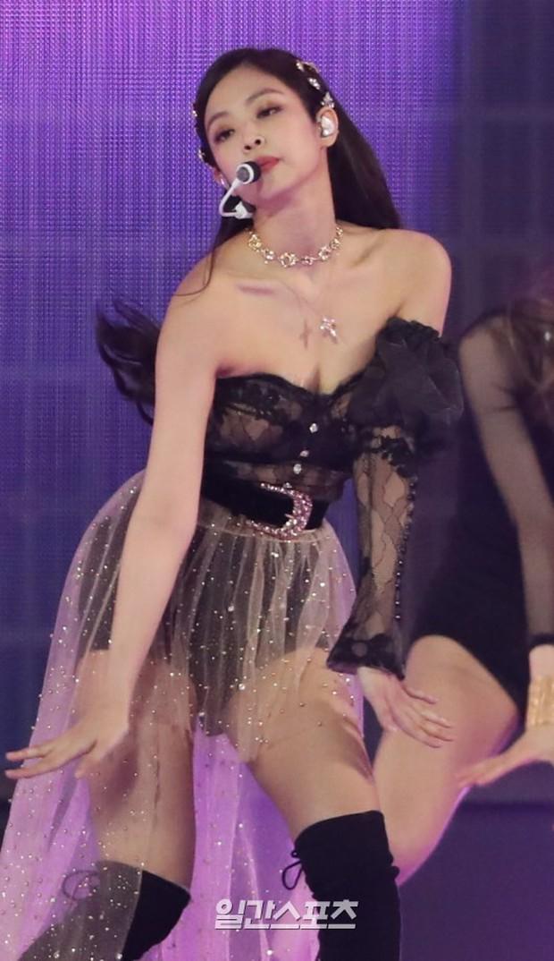 Vừa hiền trên thảm đỏ, Jennie lại khiến khán giả nín thở vì khoe vòng 1 bốc lửa trong bộ váy trễ như sắp tụt - Ảnh 3.