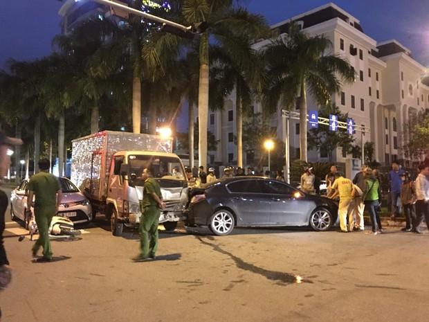 Xe tải điên tông 2 ô tô và 1 xe máy đang dừng đèn đỏ ở Đà Nẵng quá hạn kiểm định 3 tháng - Ảnh 1.