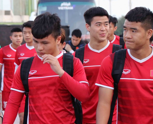 Văn Toàn, Duy Mạnh cười đùa rạng rỡ trước ngày khai mạc Asian Cup 2019 - Ảnh 1.