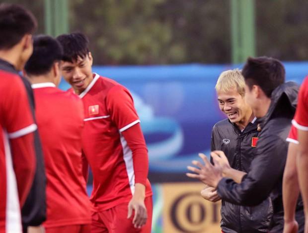 Văn Toàn, Duy Mạnh cười đùa rạng rỡ trước ngày khai mạc Asian Cup 2019 - Ảnh 2.