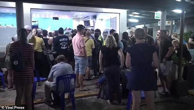 Hàng trăm khách du lịch bị mắc kẹt trên các đảo ở Thái Lan do bão Pabuk - Ảnh 1.