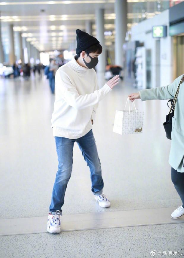 Thái độ không nhận quà từ fan của Lưu Hạo Nhiên và Hồ Tiên Hú: Người ngượng nghịu dễ thương, kẻ giãy nảy từ chối - Ảnh 5.