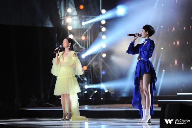 Khán giả nhún nhảy, hát theo cùng Hiền Hồ, Bùi Lan Hương trong ca khúc linh hồn của WeChoice Awards - Ảnh 3.