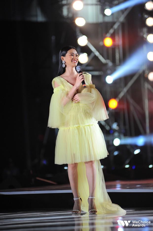 Khán giả nhún nhảy, hát theo cùng Hiền Hồ, Bùi Lan Hương trong ca khúc linh hồn của WeChoice Awards - Ảnh 4.