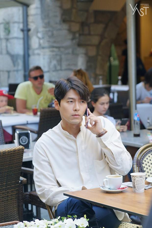 Loạt hình hậu trường gây sốt: Ở tuổi 37, Hyun Bin dù nhợt nhạt vẫn trông như một tác phẩm nghệ thuật sống - Ảnh 3.