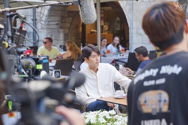 Loạt hình hậu trường gây sốt: Ở tuổi 37, Hyun Bin dù nhợt nhạt vẫn trông như một tác phẩm nghệ thuật sống - Ảnh 2.
