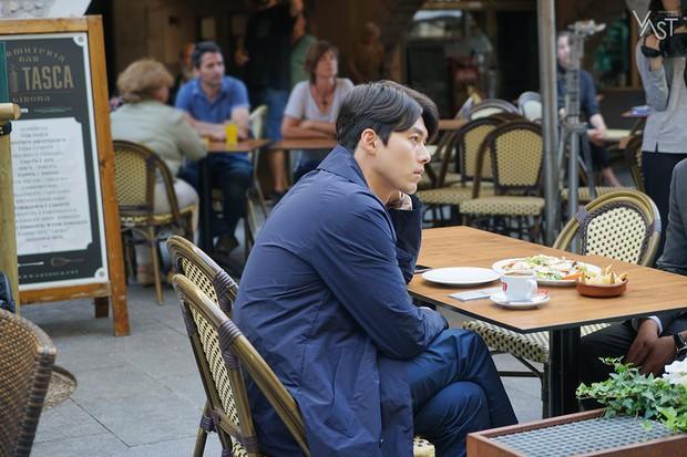 Loạt hình hậu trường gây sốt: Ở tuổi 37, Hyun Bin dù nhợt nhạt vẫn trông như một tác phẩm nghệ thuật sống - Ảnh 1.
