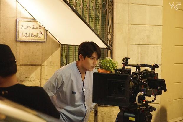 Loạt hình hậu trường gây sốt: Ở tuổi 37, Hyun Bin dù nhợt nhạt vẫn trông như một tác phẩm nghệ thuật sống - Ảnh 6.