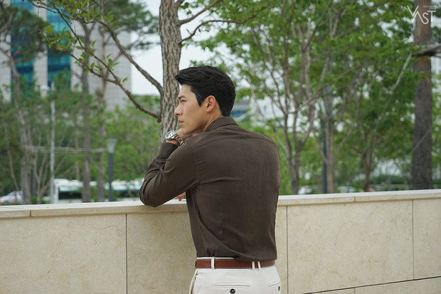 Loạt hình hậu trường gây sốt: Ở tuổi 37, Hyun Bin dù nhợt nhạt vẫn trông như một tác phẩm nghệ thuật sống - Ảnh 5.
