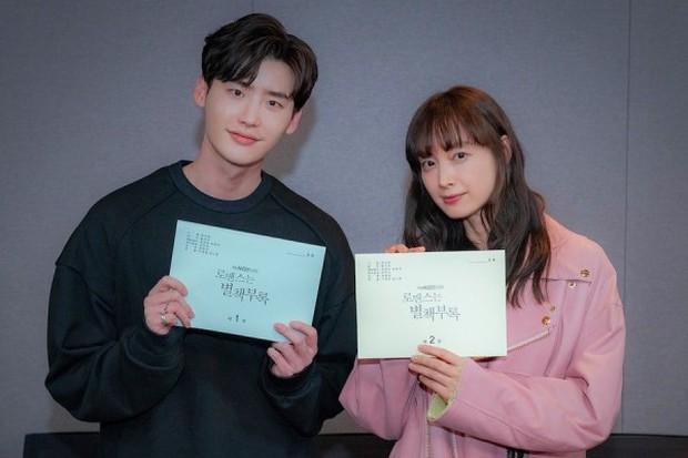 Cặp đôi chị - em Lee Jong Suk và Lee Na Young với chuyện tình xoay quanh những quyển sách sẽ tiếp sóng Memories Of Alhambra - Ảnh 4.