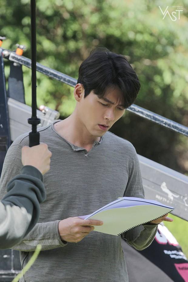 Loạt hình hậu trường gây sốt: Ở tuổi 37, Hyun Bin dù nhợt nhạt vẫn trông như một tác phẩm nghệ thuật sống - Ảnh 4.