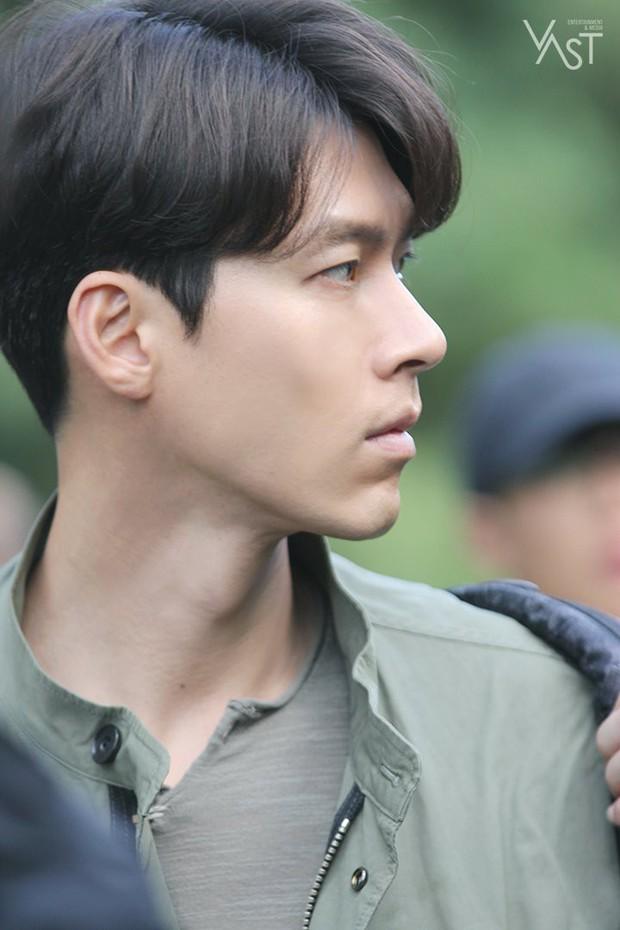 Loạt hình hậu trường gây sốt: Ở tuổi 37, Hyun Bin dù nhợt nhạt vẫn trông như một tác phẩm nghệ thuật sống - Ảnh 9.