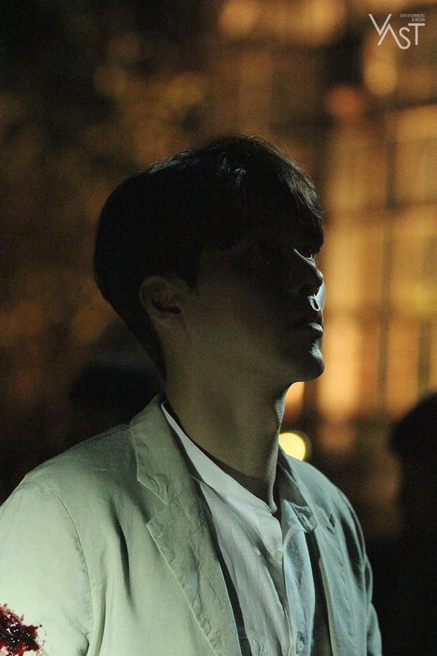 Loạt hình hậu trường gây sốt: Ở tuổi 37, Hyun Bin dù nhợt nhạt vẫn trông như một tác phẩm nghệ thuật sống - Ảnh 8.