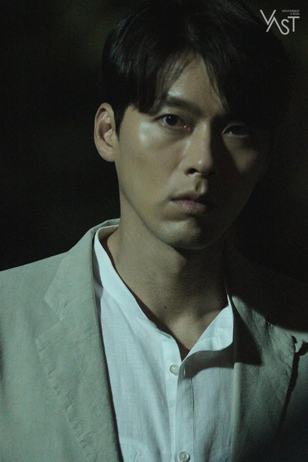 Loạt hình hậu trường gây sốt: Ở tuổi 37, Hyun Bin dù nhợt nhạt vẫn trông như một tác phẩm nghệ thuật sống - Ảnh 7.