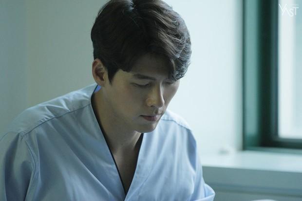 Loạt hình hậu trường gây sốt: Ở tuổi 37, Hyun Bin dù nhợt nhạt vẫn trông như một tác phẩm nghệ thuật sống - Ảnh 10.