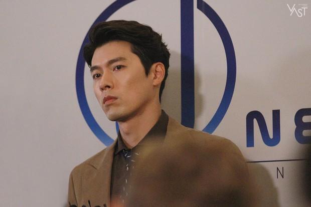 Loạt hình hậu trường gây sốt: Ở tuổi 37, Hyun Bin dù nhợt nhạt vẫn trông như một tác phẩm nghệ thuật sống - Ảnh 12.
