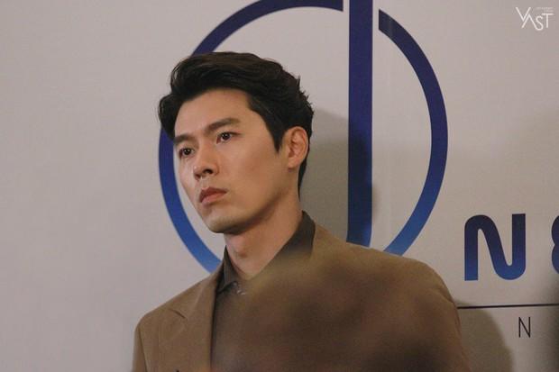Loạt hình hậu trường gây sốt: Ở tuổi 37, Hyun Bin dù nhợt nhạt vẫn trông như một tác phẩm nghệ thuật sống - Ảnh 11.