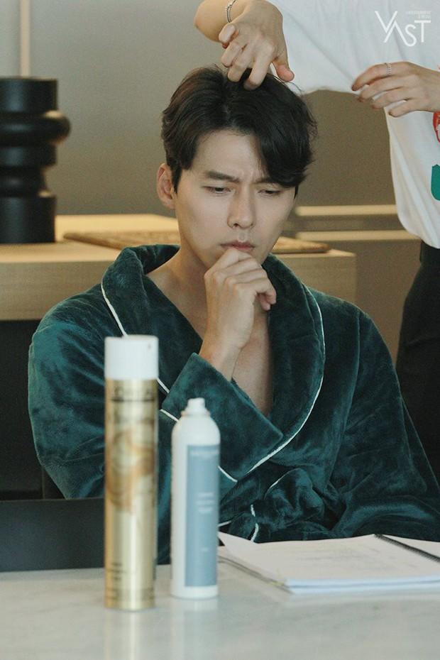 Loạt hình hậu trường gây sốt: Ở tuổi 37, Hyun Bin dù nhợt nhạt vẫn trông như một tác phẩm nghệ thuật sống - Ảnh 19.