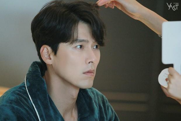 Loạt hình hậu trường gây sốt: Ở tuổi 37, Hyun Bin dù nhợt nhạt vẫn trông như một tác phẩm nghệ thuật sống - Ảnh 17.