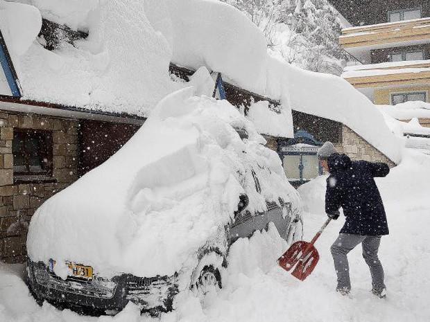 Nhiều người thương vong, mất tích do tuyết rơi dày đặc tại châu Âu - Ảnh 2.