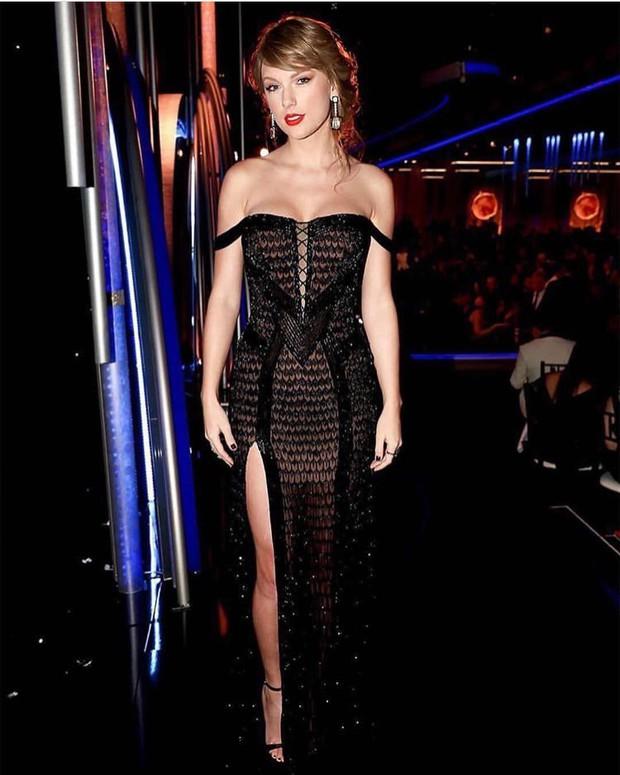 Không đi thảm đỏ, Taylor Swift vẫn chiếm trọn spotlight tại Quả Cầu Vàng 2019 vì đẹp đỉnh cao, khoe body quá sexy - Ảnh 4.