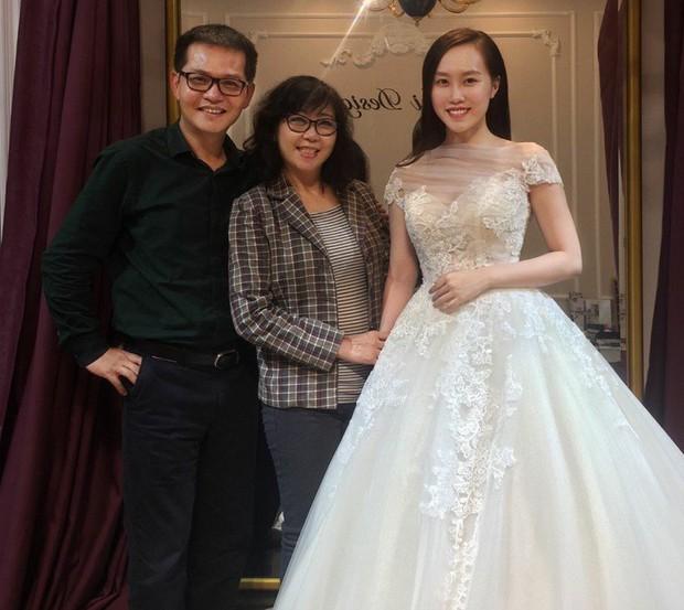 NSND Trung Hiếu đưa bà xã kém 19 tuổi đi thử váy cưới trước ngày trọng đại - Ảnh 1.