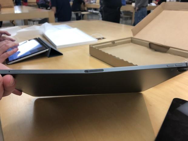Được Apple đổi bảo hành iPad mới, khổ chủ miệng cười méo xệch khi mở hộp thấy cảnh tượng này - Ảnh 1.