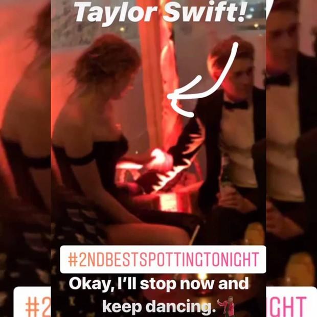 Diện váy trễ ngực sexy, Taylor Swift liên tục nắm tay và hôn bạn trai đắm đuối tại tiệc hậu Quả Cầu Vàng - Ảnh 3.