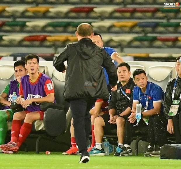 Thua Iraq, HLV Park Hang-seo tức giận đá tung chai nước trước mặt học trò - Ảnh 1.