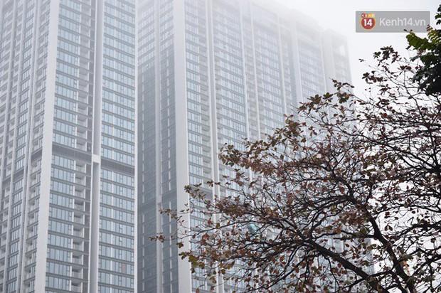 Giữa trưa Hà Nội vẫn chìm trong sương mù dày đặc, nóc các tòa cao tầng gần như biến mất hoàn toàn - Ảnh 4.