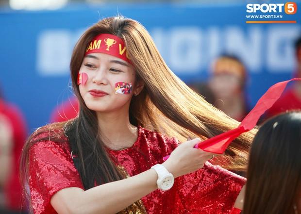Dàn fangirl xinh đẹp tiếp lửa cho đội tuyển Việt Nam trước trận gặp Iraq - Ảnh 1.