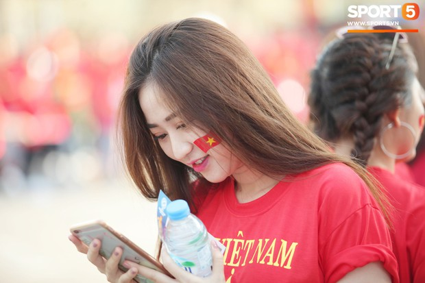 Dàn fangirl xinh đẹp tiếp lửa cho đội tuyển Việt Nam trước trận gặp Iraq - Ảnh 6.
